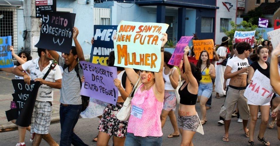 11.jun.2011 - Manifestantes exibem palavras de ordem em cartazes durante a versão pernambucana da Marcha das Vadias. Cerca de 200 pessoas deixaram a praça do Derby, área central do Recife, e percorreram a avenida Conde da Boa Vista