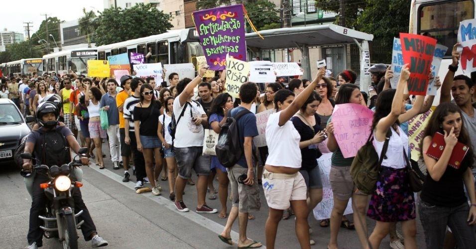 11.jun.2011 - Versão pernambucana da Marcha das Vadias, evento pelo respeito às mulheres, reúne cerca de 200 pessoas em Recife