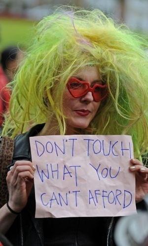 13.jun.2011 - Manifestante exibe cartaz durante