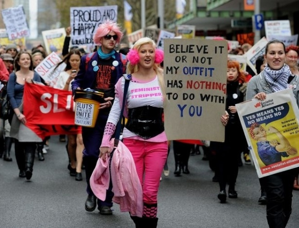 13.jun.2011 - Marcha das Vadias rene cerca de mil pessoas em Sydney, Austrlia. A srie de protestos surgiu aps um policial de Toronto, no Canad, ter sugerido em uma universidade local que as estudantes do sexo feminino deveriam evitar se vestir como 