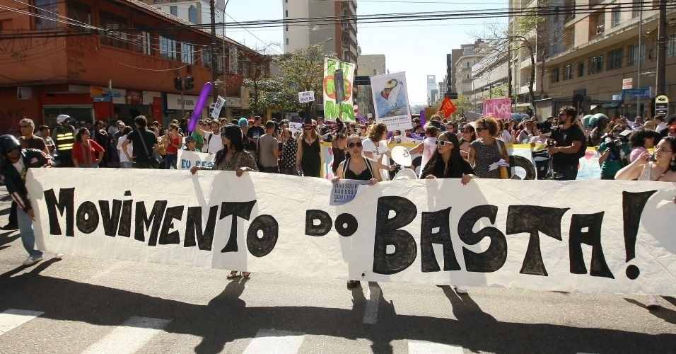 16.jul.2011 - Manifestantes pedem &#34;o basta&#34; contra a desigualdade de g&#234;nero durante a vers&#227;o paranaense da Marcha das Vadias, realizada em Curitiba. Capitais como S&#227;o Paulo, Bras&#237;lia, Belo Horizonte, Florian&#243;polis, Recife, Fortaleza, Porto Alegre e Natal tamb&#233;m j&#225; receberam o protesto. A iniciativa surgiu no Canad&#225;, onde, durante uma palestra, um policial declarou que as mulheres deveriam evitar se vestir como &#34;vadias&#34; para n&#227;o sofrer estupros ou abuso sexual