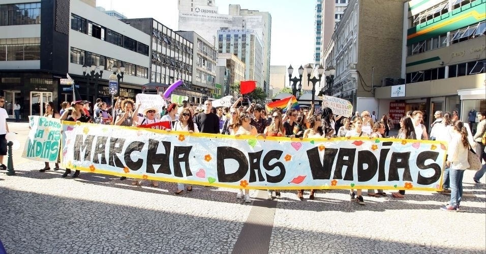16.jul.2011 - Marcha das Vadias ganha uma verso paranaense e rene mulheres pelas ruas de Curitiba (PR). Capitais como So Paulo, Braslia, Belo Horizonte, Florianpolis, Recife, Fortaleza, Porto Alegre e Natal tambm j receberam o protesto. A iniciativa surgiu no Canad, onde, durante uma palestra, um policial declarou que as mulheres deveriam evitar se vestir como 