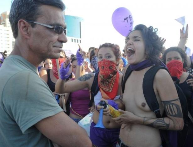 18.jun.2011 - Mulher com seios à mostra participa de Marcha das Vadias em Brasília. O movimento reivindica que as mulheres possam se vestir e agir como quiserem, sem serem reprimidas por sua sexualidade
