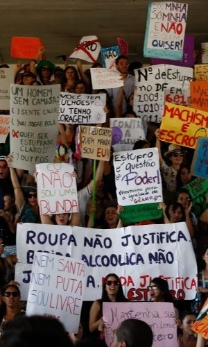 18.jun.2011 - Mulheres carregam cartazes que reivindicam seus direitos de se vestirem e agirem como quiserem durante a Marcha das Vadias em Bras&#237;lia