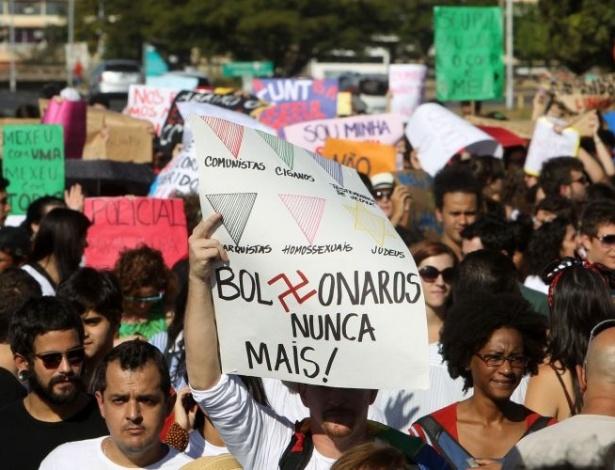 18.jun.2011 - Manifestante carrega cartaz em referência ao deputado Jair Bolsonaro (PP-RJ) que deu declarações homofóbicas que geraram polêmica durante edição brasiliense da Marcha das Vadias