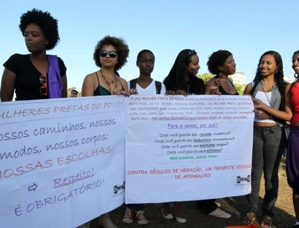 18.jun.2011 - Mulheres carregam cartazes com mensagens em protesto na Marcha das Vadias em Braslia. O movimento reivindica que as mulheres possam se vestir e agir como quiserem, sem serem reprimidas por sua sexualidade