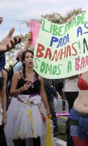 18.jun.2011 - Mais de 800 pessoas participaram de um protesto pelos direitos das mulheres. O movimento reivindica que as mulheres possam se vestir e agir como quiserem, sem serem reprimidas por sua sexualidade 