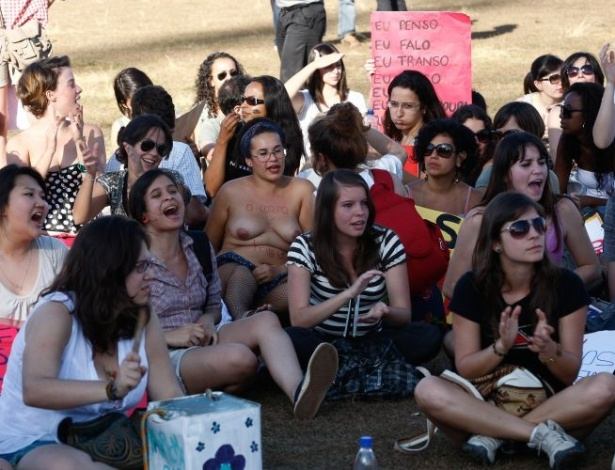 18.jun.2011 - Em meio a manifestante, mulher expõe o peito durante a versão brasiliense da Marcha das Vadias. o movimento internacional reivindica que as mulheres possam se vestir e agir como quiserem, sem serem reprimidas por sua sexualidade