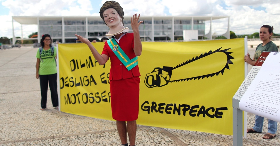 24.mai.2012 - Homem vestido de Dilma Rousseff participa de protesto do Greenpeace para pedir que a presidente vete o C&#243;digo Florestal, em frente ao Pal&#225;cio do Planalto, em Bras&#237;lia
