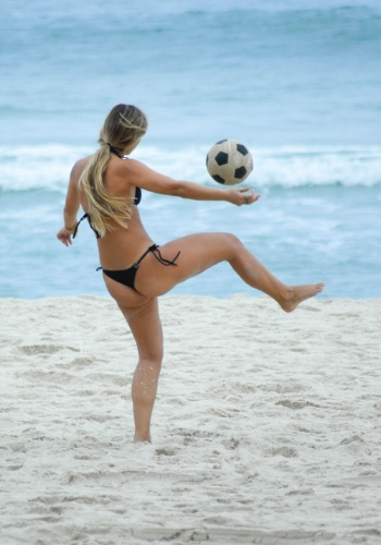 24.mai.2012 - Mulher joga bola nesta quinta-feira na praia de Ipanema, no Rio de Janeiro, onde as temperaturas elevadas levaram banhistas &#224;s praias