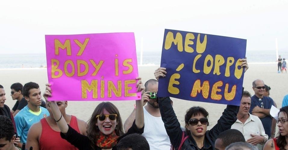 2.jul.2011 - Manifestantes exibem cartazes durante a Marcha das Vadias realizada no Rio de Janeiro. O movimento começou no Canadá e já foi reproduzido em mais de dez cidades americanas e outros 19 países. Trata-se de modo de protestar contra o pensamento de que vítimas de violência sexual podem ser as principais responsáveis por esses crimes