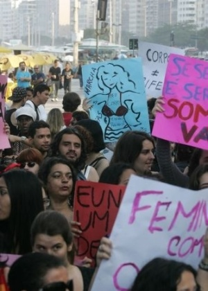 2.jul.2011 - Manifestantes recorrem a cartazes em protesto ao abuso sexual e a desigualdade de gnero durante a Marcha das Vadias realizada no Rio de Janeiro. O movimento comeou no Canad e j foi reproduzido em mais de dez cidades americanas e outros 19 pases. Trata-se de modo de protestar contra o pensamento de que vtimas de violncia sexual podem ser as principais responsveis por esses crimes 