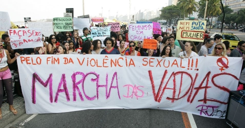 2.jul.2011 - Verso carioca da Marcha das Vadias rene mulheres nas ruas do Rio de Janeiro em protesto ao abuso sexual e as desigualdades de gnero. O movimento comeou no Canad e j foi reproduzido em mais de dez cidades americanas e outros 19 pases. Trata-se de modo de protestar contra o pensamento de que vtimas de violncia sexual podem ser as principais responsveis por esses crimes
