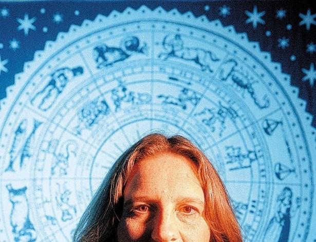 A astróloga Hanna Opitz em sua casa, em SP.