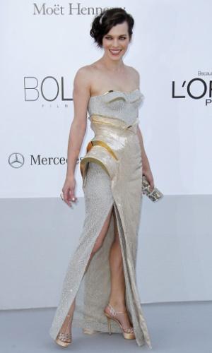 A atriz Milla Jovovich  chega a evento em benefício da luta contra a Aids durante o Festival de Cannes 2012 (24/5/12)