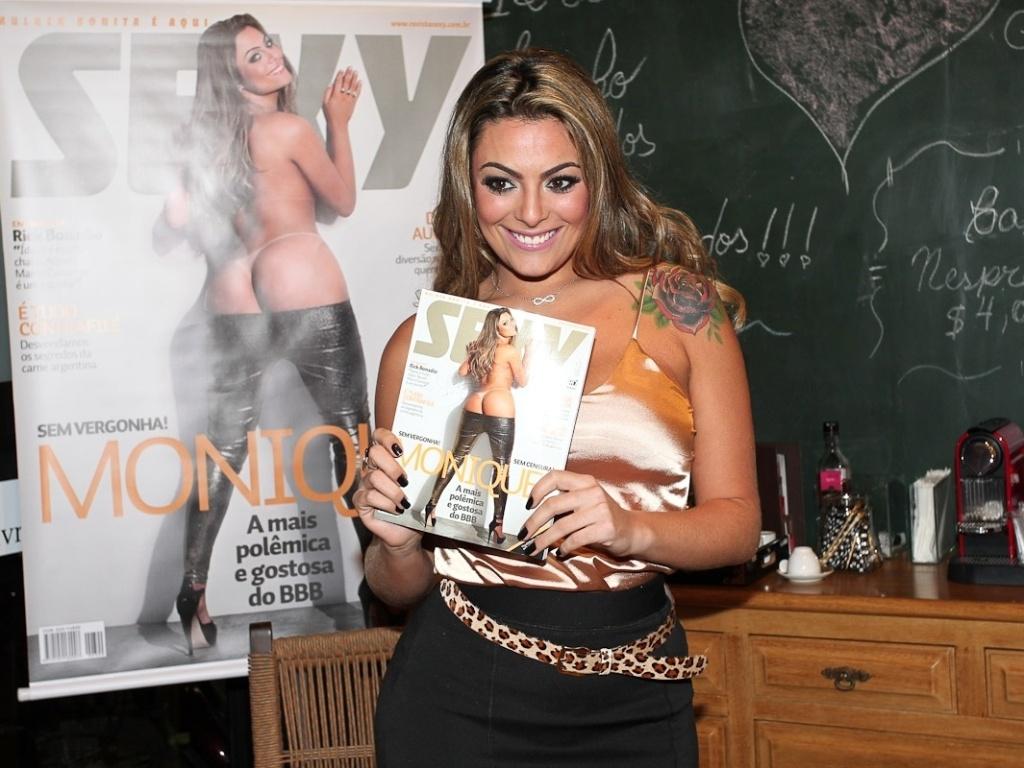 A ex-BBB Monique Amin na noite de autógrafos do ensaio que fez para a revista