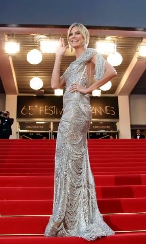 """A modelo Heidi Klum posa para fotos no tapete vermelho do Palácio do Festival ao chegar à exibição do filme """"The Paperboy"""" no Festival de Cannes 2012 (24/5/12)"""