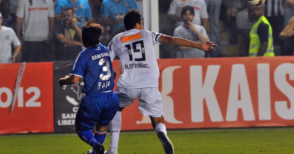 Alan Kardec tenta jogada marcado de perto por Papa, do Vélez Sarsfield (ARG), em jogo na Vila