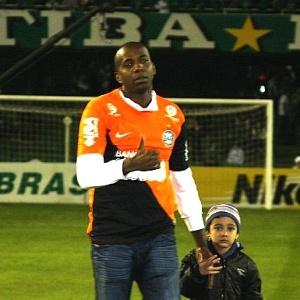Ao lado do filho, Edson Bastos fez sua despedida da torcida do Coritiba