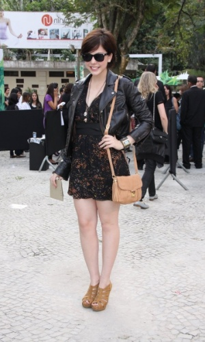 Bia Arantes confere o terceiro dia de desfiles do Fashion Rio (24/5/12). O evento de moda acontece no Jockey Club, zona sul do Rio