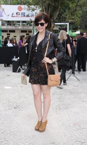 Bia Arantes confere o terceiro dia de desfiles do Fashion Rio (24/5/12). O evento de moda acontece no Jockey Club, zona sul do Rio