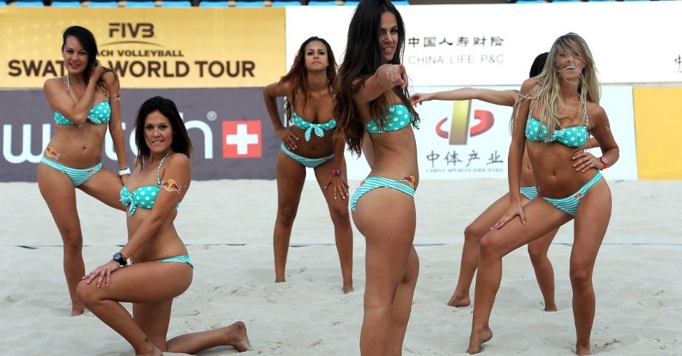 Cheerleaders animam torcida durante etapa de Pequim do Circuito Mundial