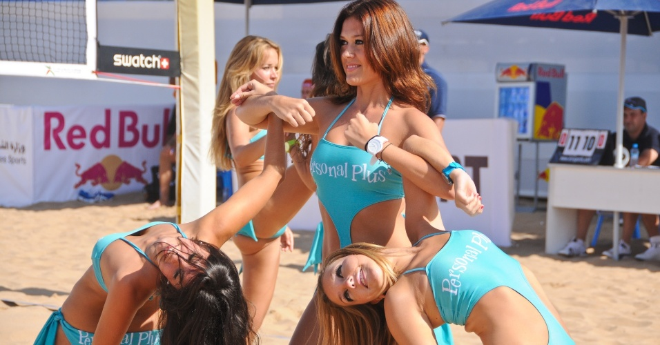 Cheerleaders capricham na pose na etapa do Marrocos do Circuito Mundial