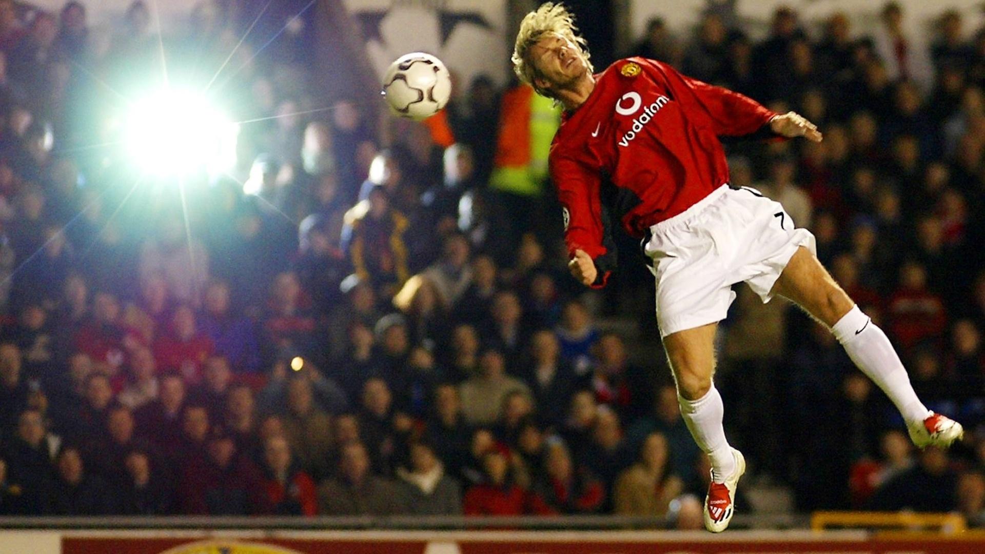 David Beckham tenta o cabeceio em partida do Manchester United