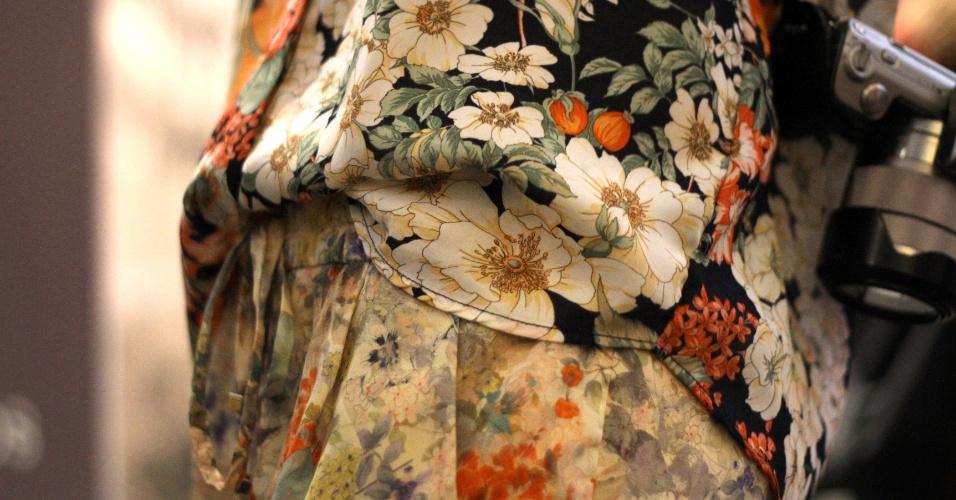 Detalhe do mix de estampas florais da blusa e calça Zara de Duda Maia