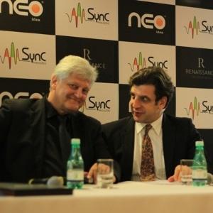 Dieter Wiesner (à esquerda), ex-empresário de Michael Jackson, durante lançamento da plataforma musical Neo Idea (24/5/12)