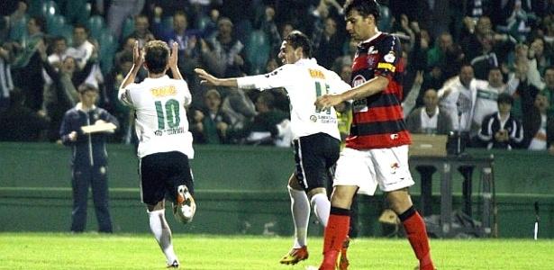 Everton Ribeiro (10) comemora gol do Coritiba sobre o Vitória (23/05/2012)