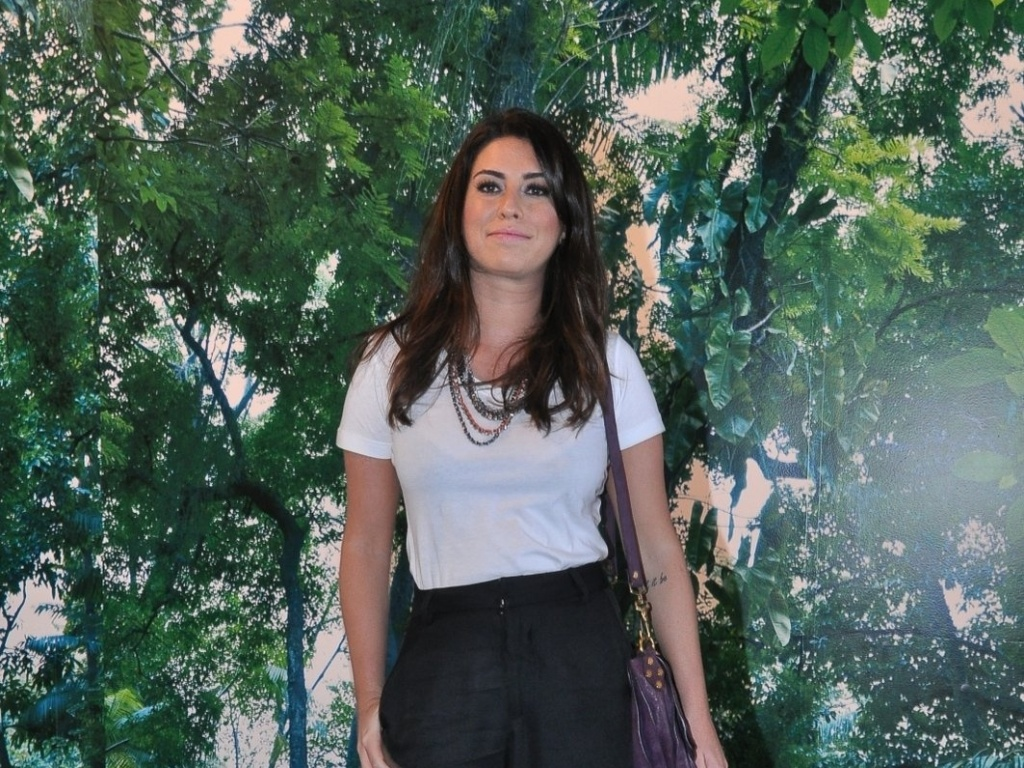Fernanda Paes Leme confere o terceiro dia de desfiles do Fashion Rio (24/5/12). O evento de moda acontece no Jockey Club, zona sul do Rio