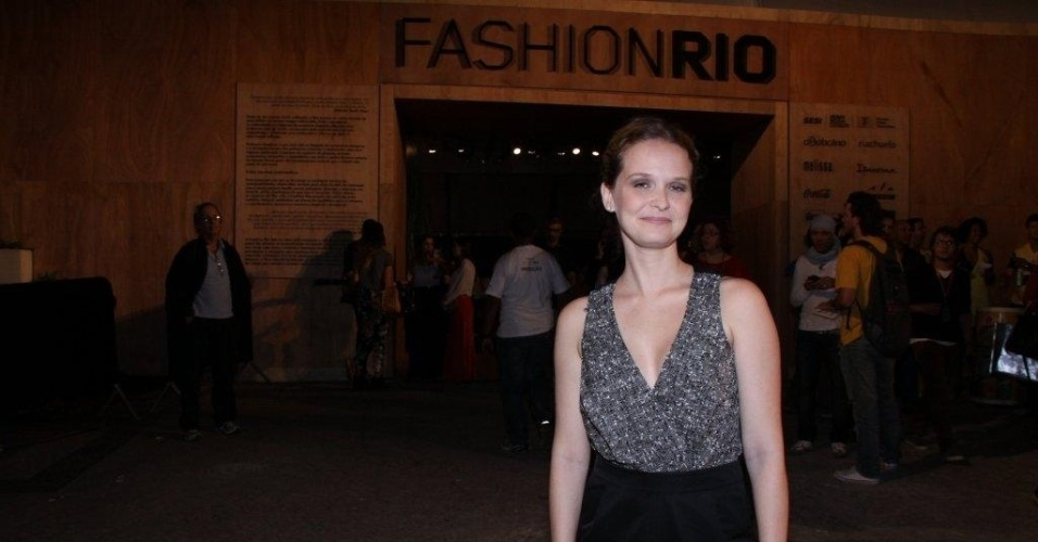 Fernanda Rodrigues confere o terceiro dia de desfiles do Fashion Rio (24/5/12). O evento de moda acontece no Jockey Club, zona sul do Rio