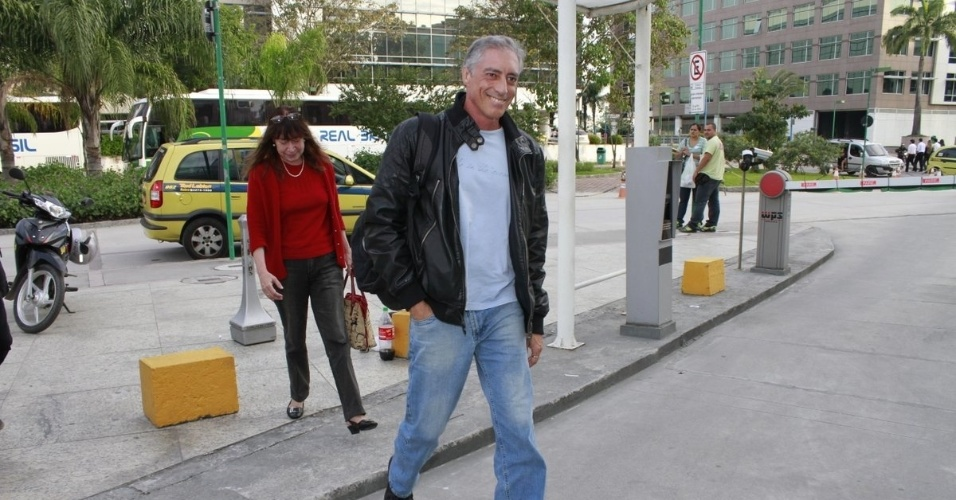 José Marques, pai de Cauã Reymond, chega na maternidade para visitar a neta, Sofia (24/5/12)