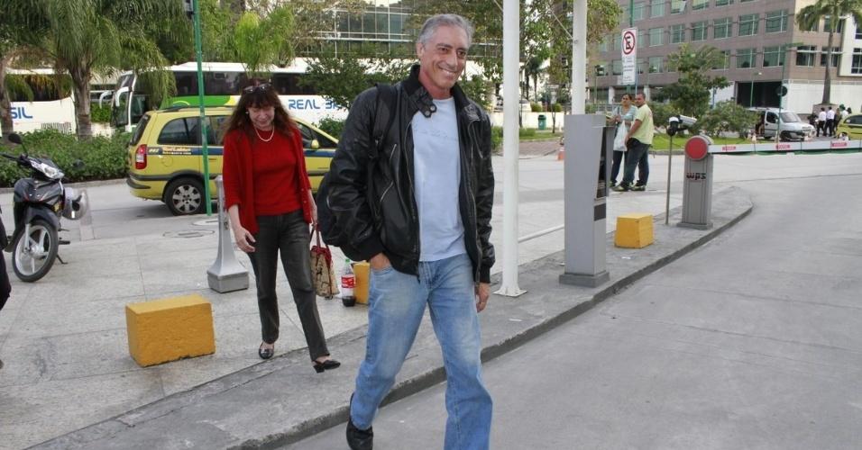 José Marques, pai de Cauã Reymond, chega na maternidade para visitar a neta, Sofia (24/5/12). A menina, filha de Cauã Reymond e Grazi Massafera nasceu nesta quarta (23)