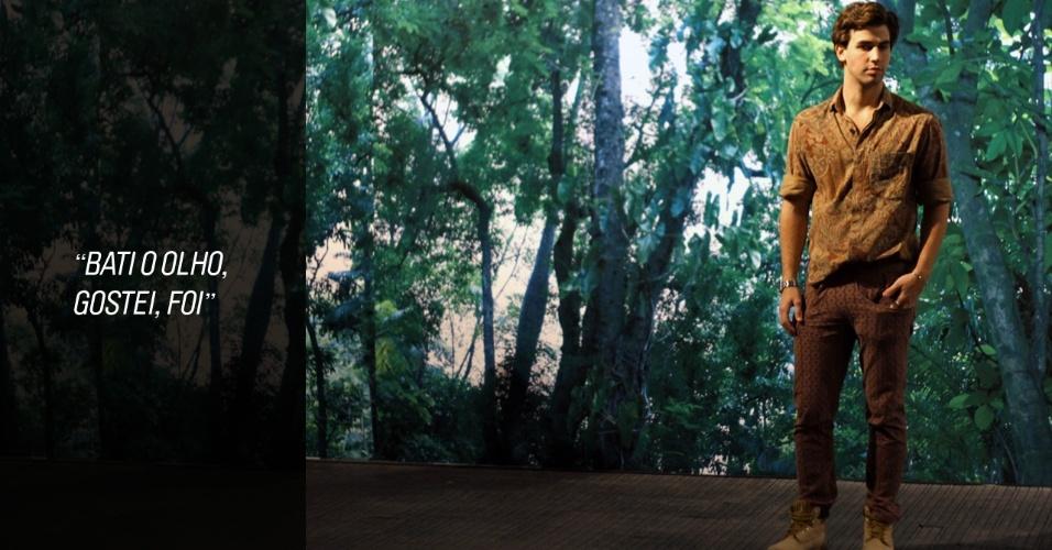 Lucas Crisanti, 23, é ator e apostou em um mix de estampas discreto com uma cartela de cores terrosa. A camisa que veste é de seu acervo, a calça é O Estúdio e a bota Caterpillar (23/05/2012)