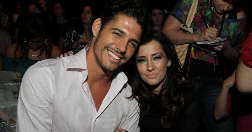 Maitê Piragibe e o marido, Marlos Cruz, conferem o terceiro dia de desfiles do Fashion Rio (24/5/12). O evento de moda acontece no Jockey Club, zona sul do Rio