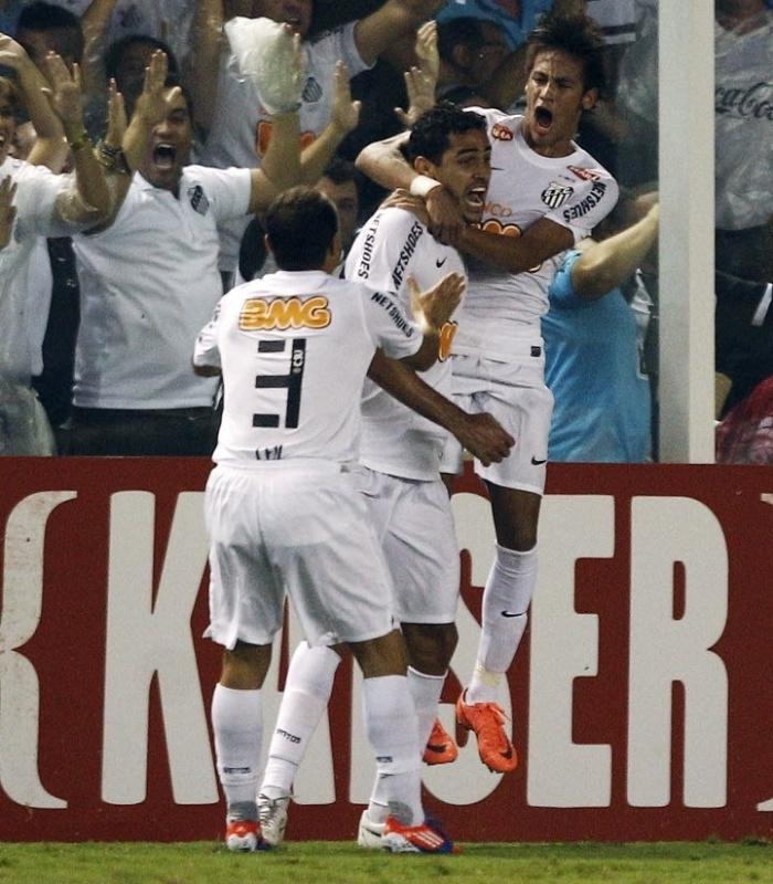 Neymar e Léo comemoram com Alan Kardec o gol marcado pelo atacante no jogo contra o Vélez