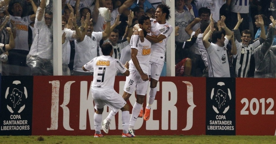 Neymar e Léo comemoram com Alan Kardec o gol marcado pelo atacante santista no jogo contra o Vélez