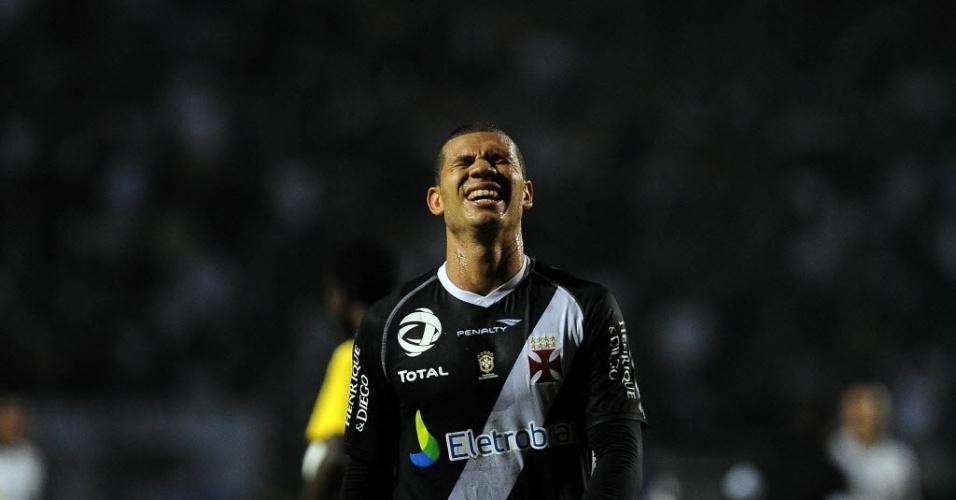 Nilton, volante do Vasco, se lamenta durante a partida contra o Corinthians, pela Libertadores
