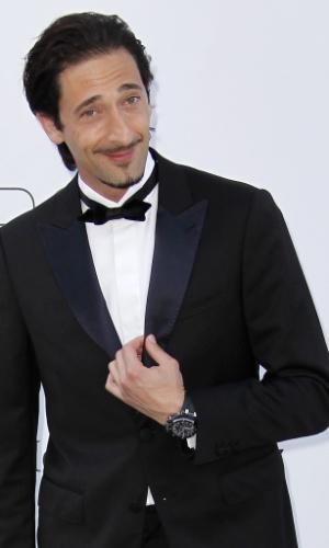 O ator Adrien Brody chega a evento em benefício da luta contra a Aids durante o Festival de Cannes 2012 (24/5/12)