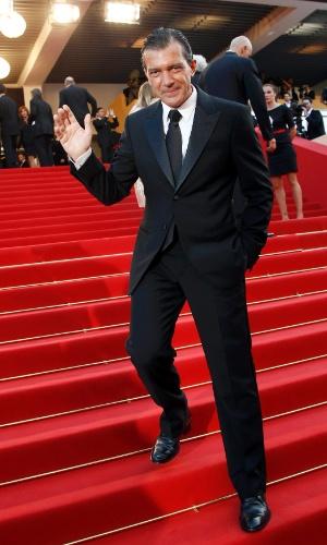 """O ator Antonio Banderas posa para fotos no tapete vermelho do Palácio do Festival ao chegar à exibição do filme """"The Paperboy"""" no Festival de Cannes 2012 (24/5/12)"""