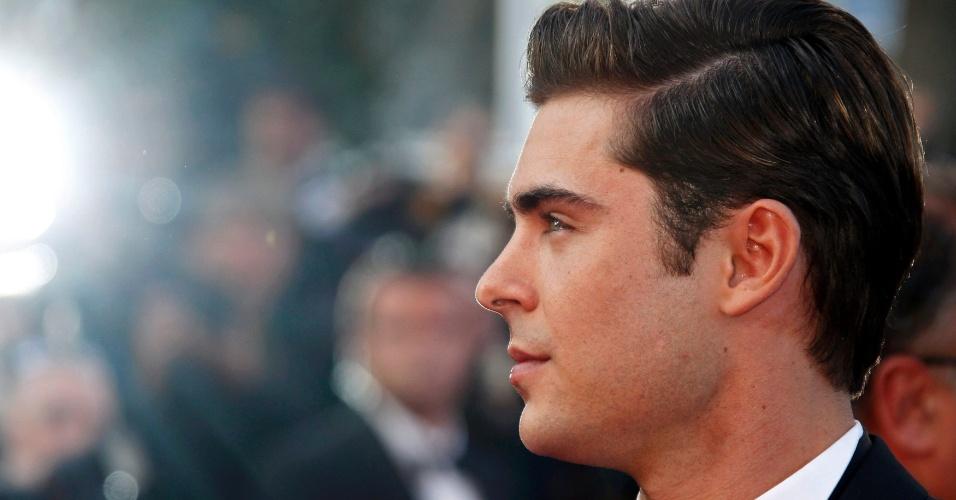 """O ator Zac Efron posa para fotos no tapete vermelho do Palácio do Festival ao chegar à exibição do filme """"The Paperboy"""" no Festival de Cannes 2012 (24/5/12)"""