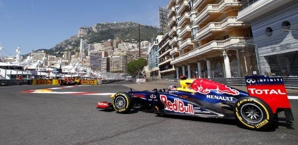 O bicampeão Sebastian Vettel dirige sua Red Bull durante a primeira parte dos treinos livres nesta quinta-feira em Mônaco