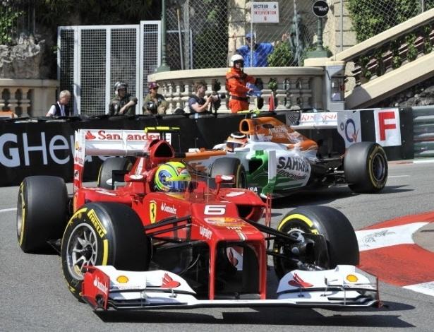 O brasileiro Felipe Massa (esq), da Ferrari, faz sua volta rápida em Mônaco seguido por Paul di Resta, da Force India