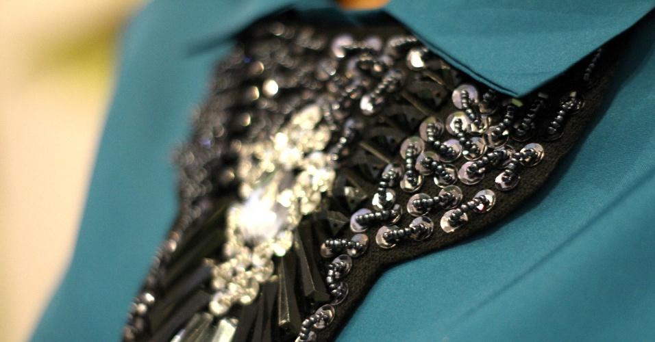 O colar usado por baixo da gola da camisa foi ganhado de presente por Anna Paula