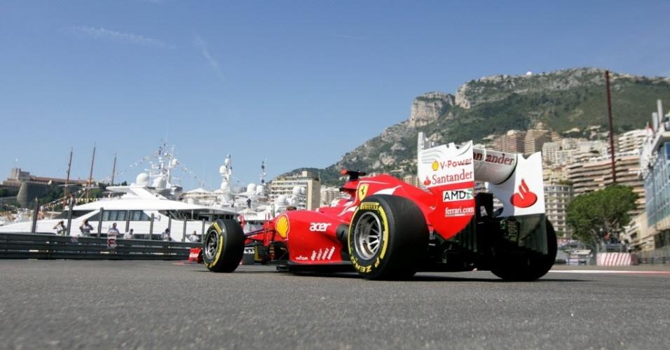 O espanhol Fernando Alonso pilota a sua Ferrari pelo circuito de rua de Monte Carlo