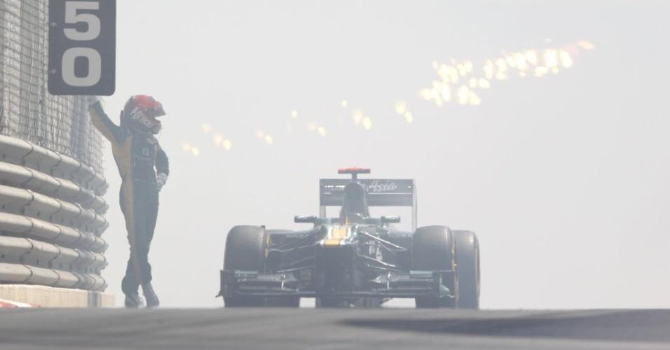 O finlandês Heikki Kovalainen teve problemas no treino desta quinta-feira. O motor da sua Caterham estourou e o piloto ficou a pé