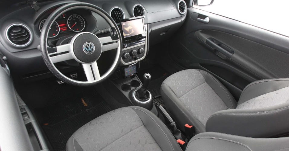 O interior da picape preta ganhou volante da Saveiro G4 e um controle de sistema injetor da FuelTech