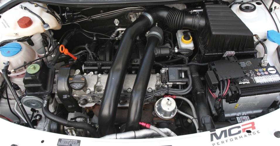 O motor da Saveiro branca, preparado com ajuda da MCR Performance, subiu de 104 cv para 160 cv, a 5.500 rpm